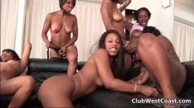 imagen Horny ebony whores go crazy playing