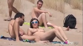 imagen She fucks a guy in a beach full of voyeurs