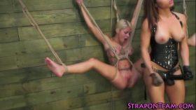 imagen Suspended lesbian slave