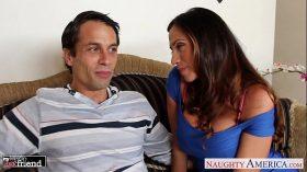 imagen Busty brunette Ariella Ferrera gives head