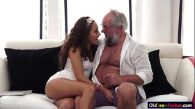 imagen Latin Melody Petite crave for an old cock in mo…