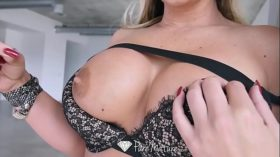 imagen PUREMATURE Big breasted MILF Phoenix Marie poun…
