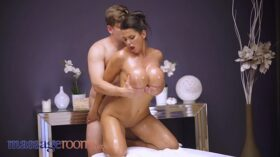 imagen Massage Rooms Big tits brunette Chloe Lamour oil soaked doggy and cowgirl
