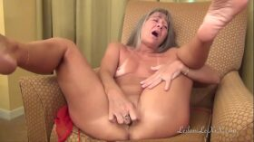 imagen Milf Masturbates While Waiting for Her Date