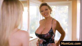 imagen Daughter Envies Moms Big Tits