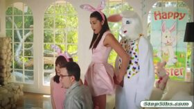 imagen Avi Love gets her hairy muff drilled by horny easter bunny