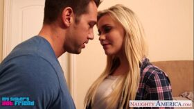 imagen Blonde babe Mia Malkova gets facialized