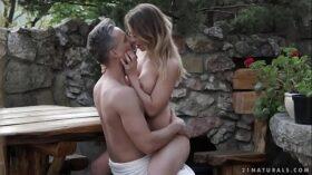 imagen Busty babe Vera Wonder enjoys garden sex