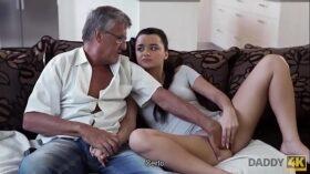 imagen DADDY4K. El viejo satisface las necesidades sexuales de la novia de su hijo