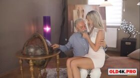 imagen grandpa shows the world to the cute blonde girl