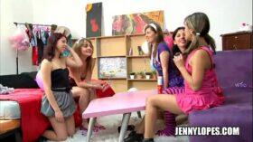imagen lesbianas latinas en una rica fiesta