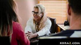 imagen MILF doctor Phoenix Marie cures his limp dick problem