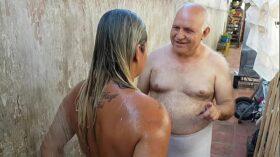 imagen Vovô dando Banho na Novinha que conheceu na Praia !!! Paty Bumbum – Vovo doidera – El Toro De Oro